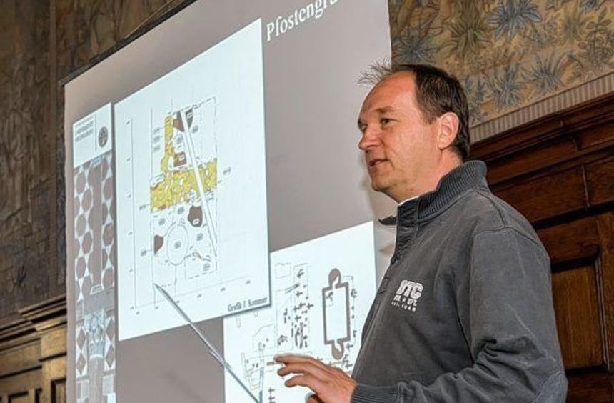 Dr. Dieter Lammers informierte im Nibelungensaal über die derzeitigen Grabungen auf dem ...