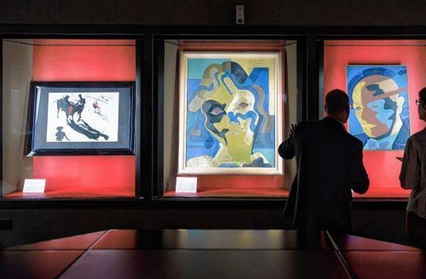 Kurator Henry Keazor erklärt einer Besucherin, wie der Fälscher Wolfgang Beltracchi den Stil des ...
