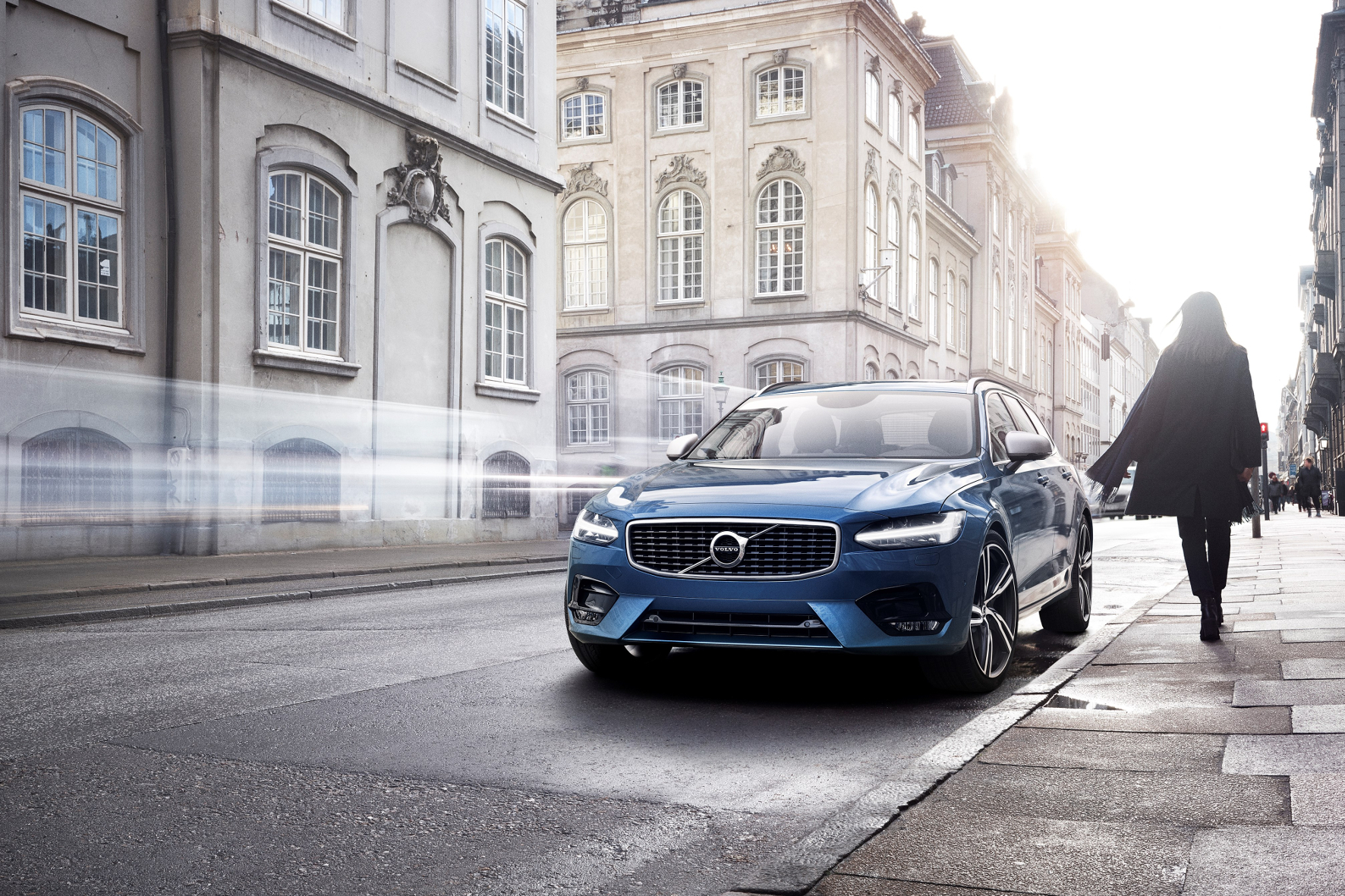 mid Groß-Gerau - Volvo bietet seine Oberklasse-Modelle der 90er-Baureihe ab dem Marktstart im Juli bzw. Herbst auch in der sportlichen R-Design-Variante an.