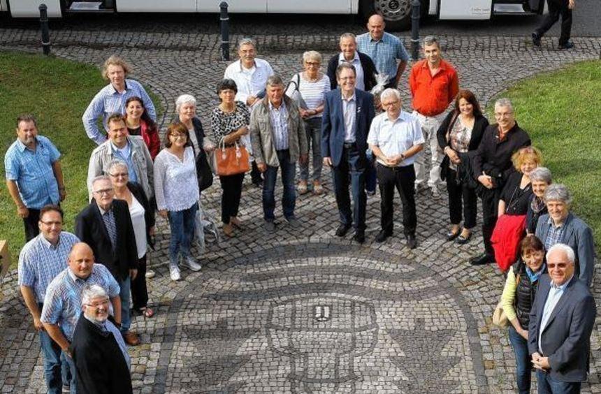 Rund um das Weixdorfer Ortswappen vor dem dortigen Rathaus präsentieren sich die Bürgervertreter ...