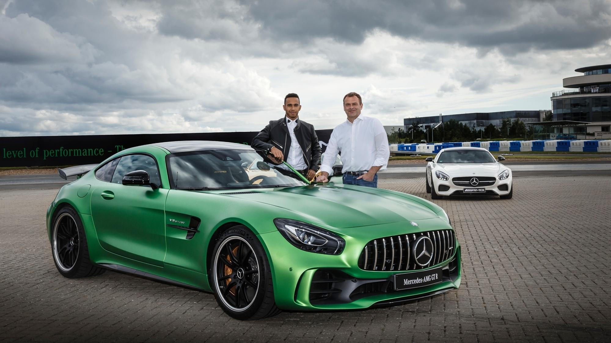 mid Groß-Gerau - Formel-1-Weltnmeister Lewis Hamilton (links) darf den neuen Mercedes-AMG GT R noch vor seiner Weltpremiere testen. AMG-Chef Tobias Moers wünscht viel Spaß.