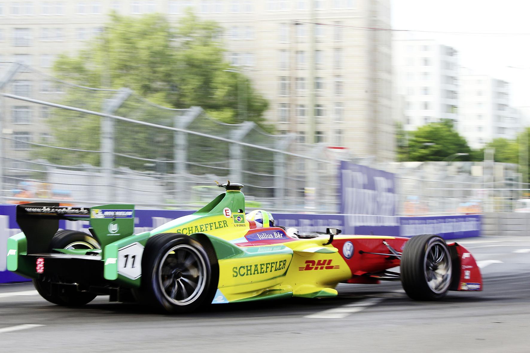 mid Groß-Gerau - Enge Kiste: Der Brasilianer Lucas di Grassi führt die Fahrer-Wertung der Formel E vor dem Saisonfinale 2016 in London mit nur einem Punkt Vorsprung an.