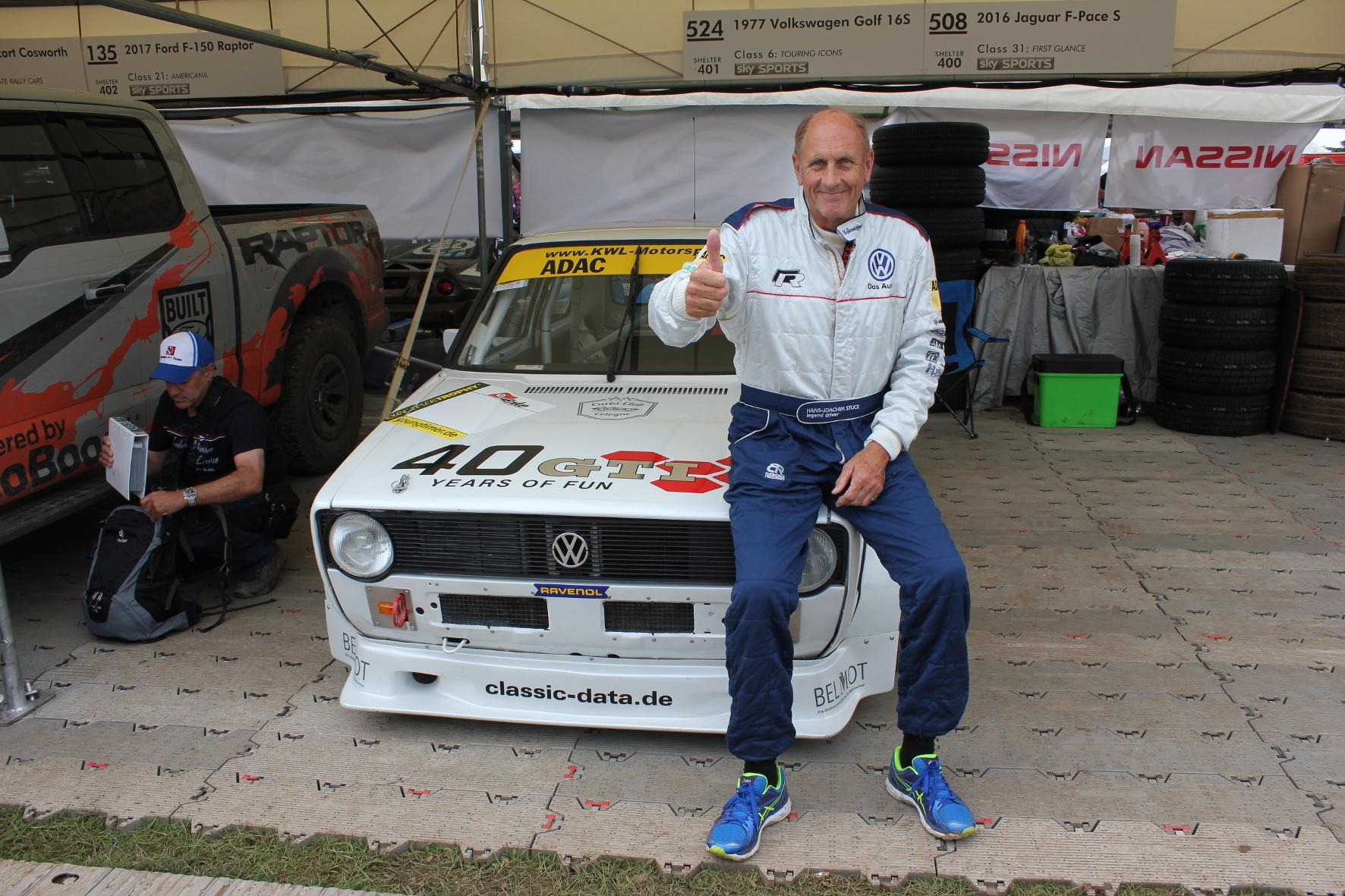 mid Goodwood - Daumen hoch für eine automobile Legende: Zum 40. Geburtstag des Golf GTI pilotiert Hans Joachim Stuck die Tourenwagen-Variante des Golf 1 GTI beim Goodwood Festival of Speed.