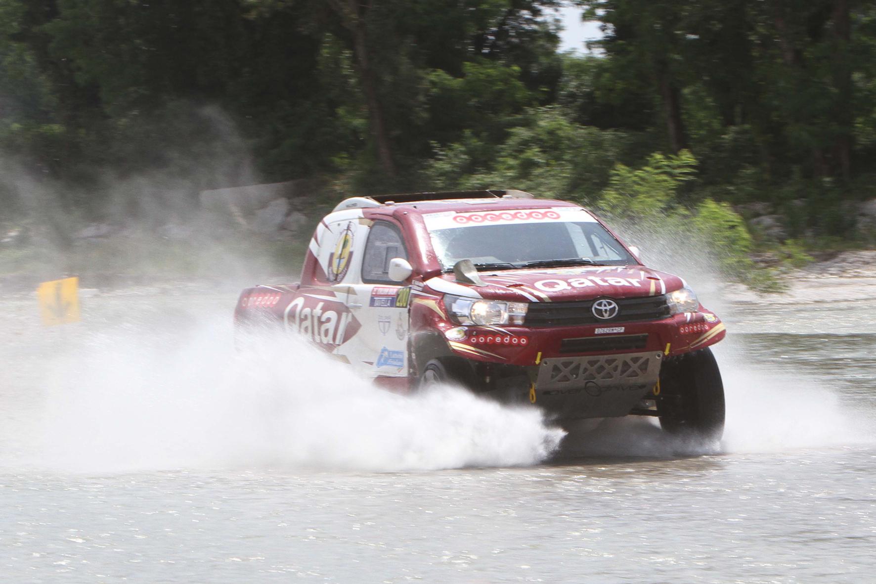 mid Pordenone/Italien - Augen zu und durch: Auch die Flussbetten können Rallye-Star Nasser Al-Attiyah auf dem Weg zum Sieg bei der Italian Baja in seinem Toyota Hilux nicht stoppen.
