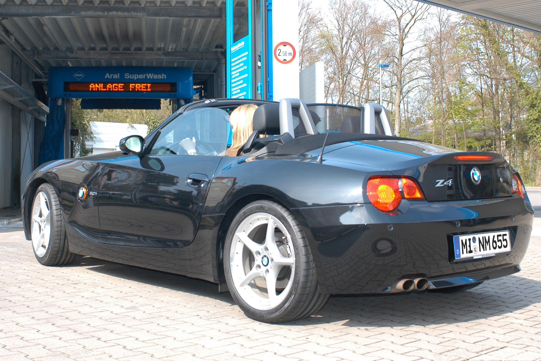mid Groß-Gerau - In einigen deutschen Bundesländern können Autofahrer mit ihrem Wagen sonntags ganz in Ruhe durch die Waschstraße fahren, in anderen ist das verboten.