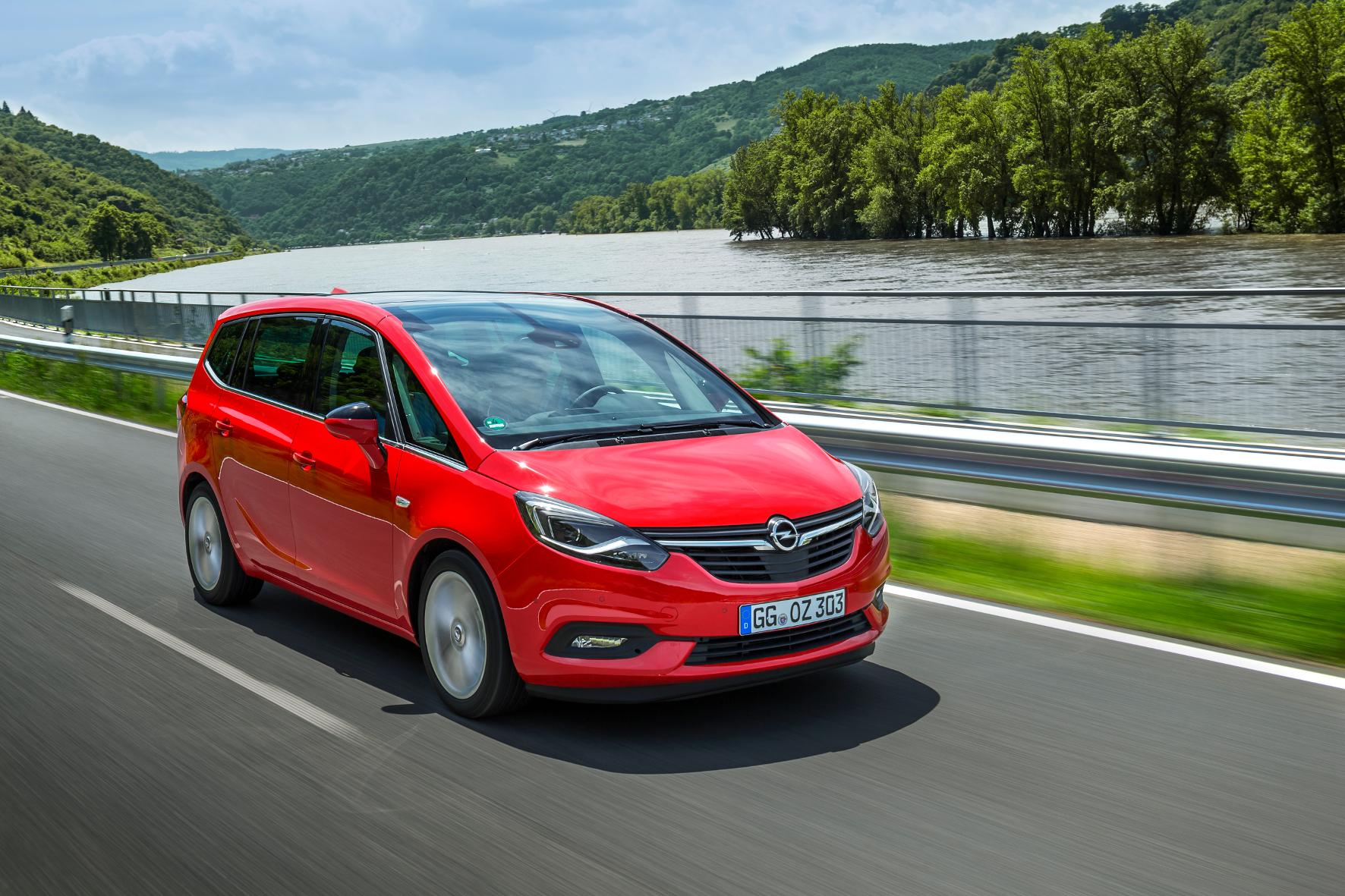 mid Rüsselsheim - Neues Gesicht: Das umfangreiche Facelift des Opel Zafira wird ab September für mindestens 21.990 Euro zu haben sein.