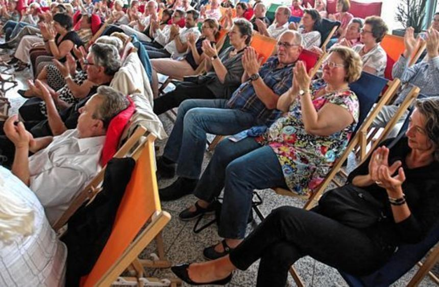 """120 Gäste genossen das Konzert im Foyer des """"Mannheimer Morgen"""" - im Trockenen, damit sich die ..."""
