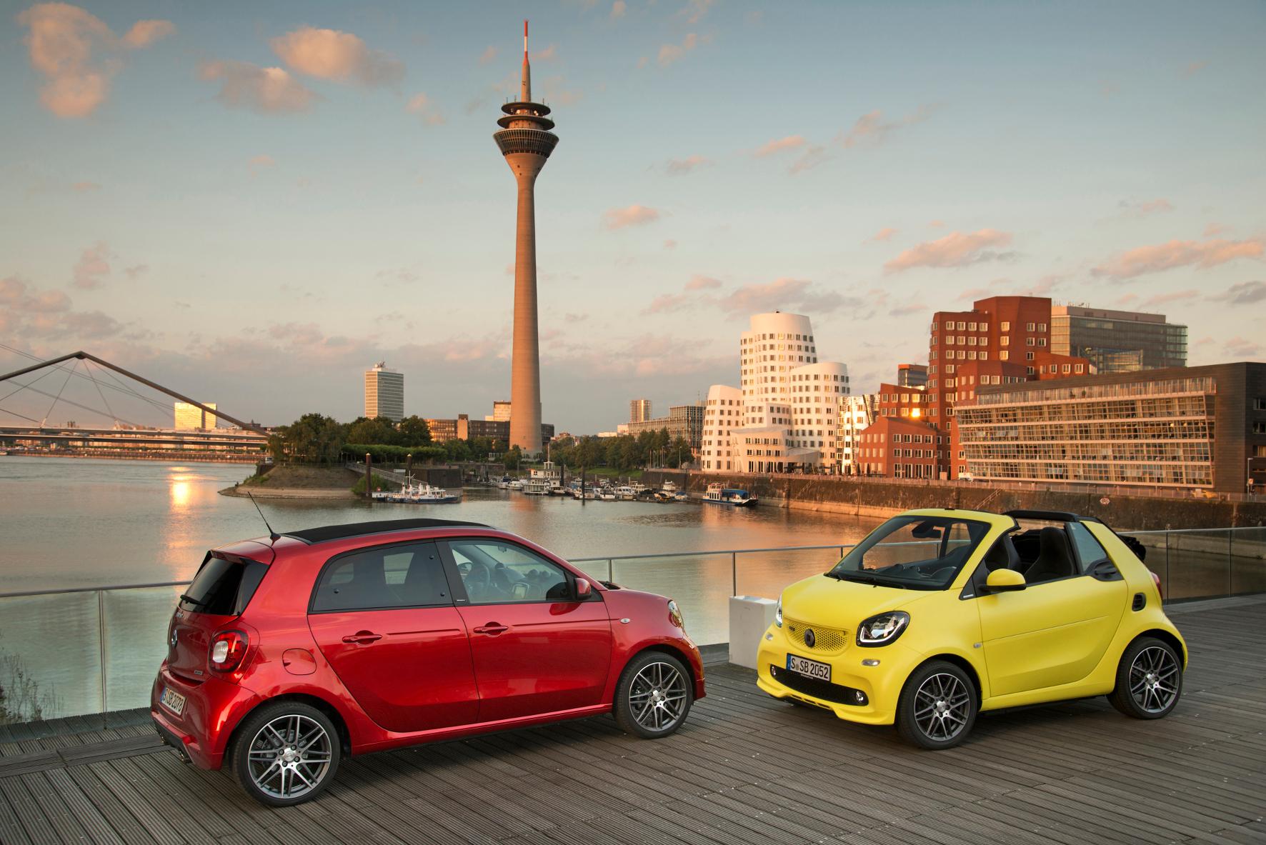 mid Düsseldorf - Verschärft: Tuner Brabus hat sich den Smart vorgenommen. Das Resultat ist der bislang stärkste Flitzer der Marke als fortwo Cabrio (rechts), fortwo Coupé und forfour (links).