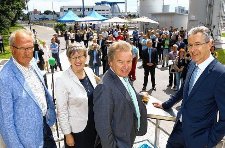 Freude über die neue Klärstufe (v.l.): Andreas Hein, Felicitas Kubala, Franz Untersteller und ...