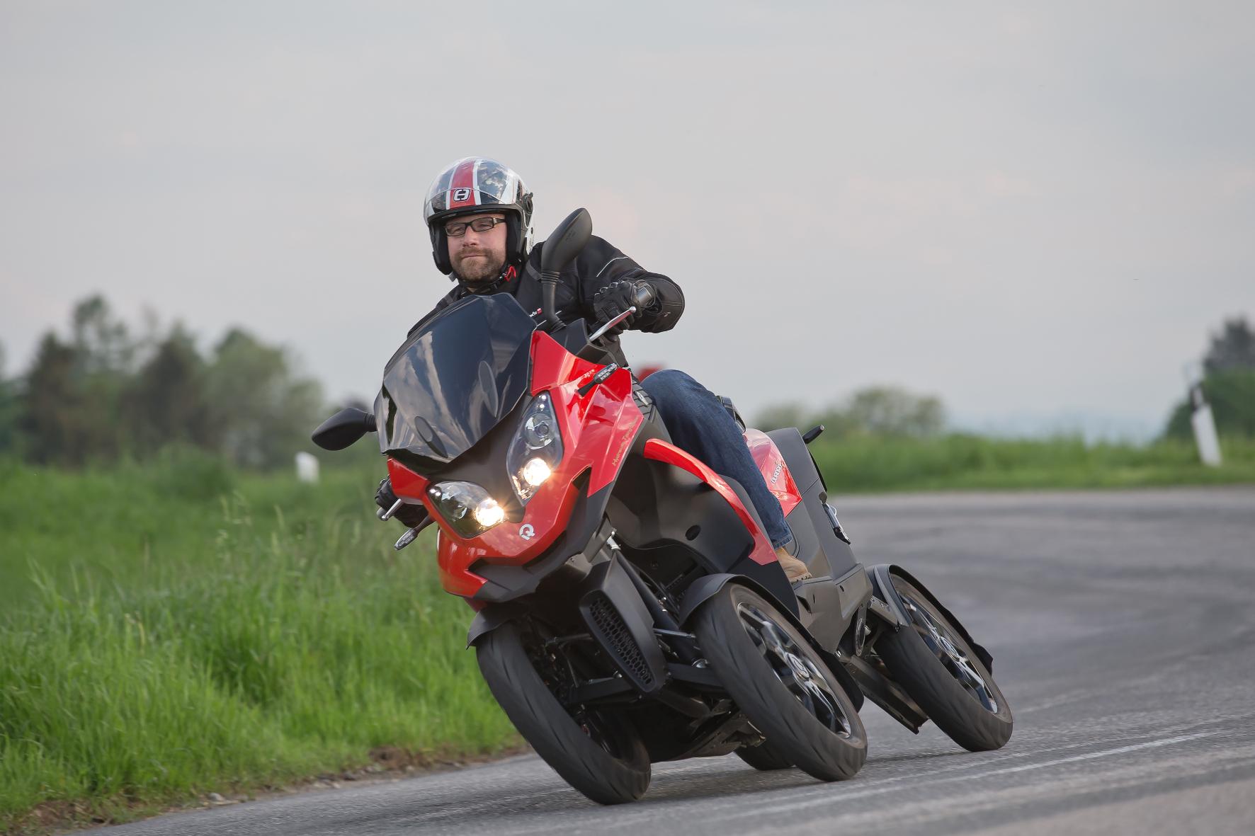 mid Groß-Gerau - Schräger Kurvenräuber: Der Quadro 4 legt sich mithilfe aufwändiger Fahrwerkstechnik selbst in jede Straßenbiegung.