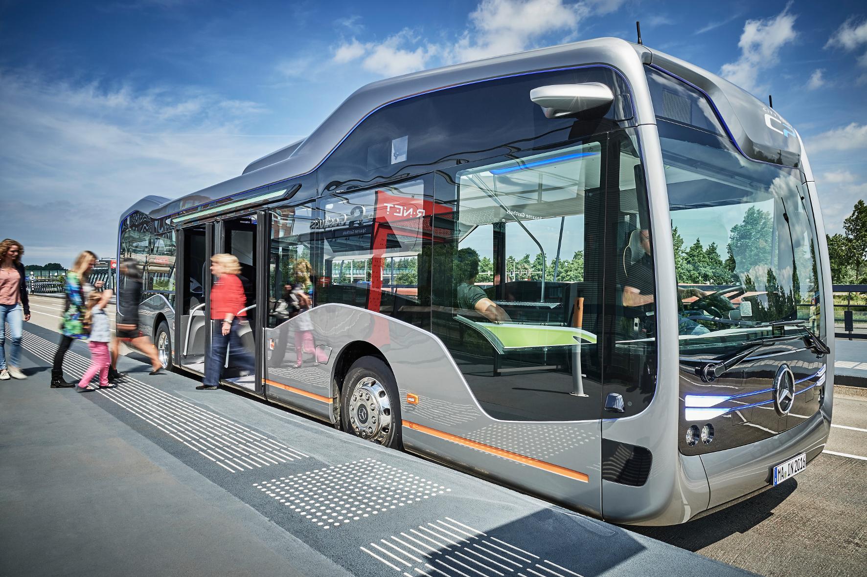 mid Amsterdam - Linieneinsatz in Amsterdam: Der Future Bus von Mercedes fährt auf separaten Busspuren teilautonom.