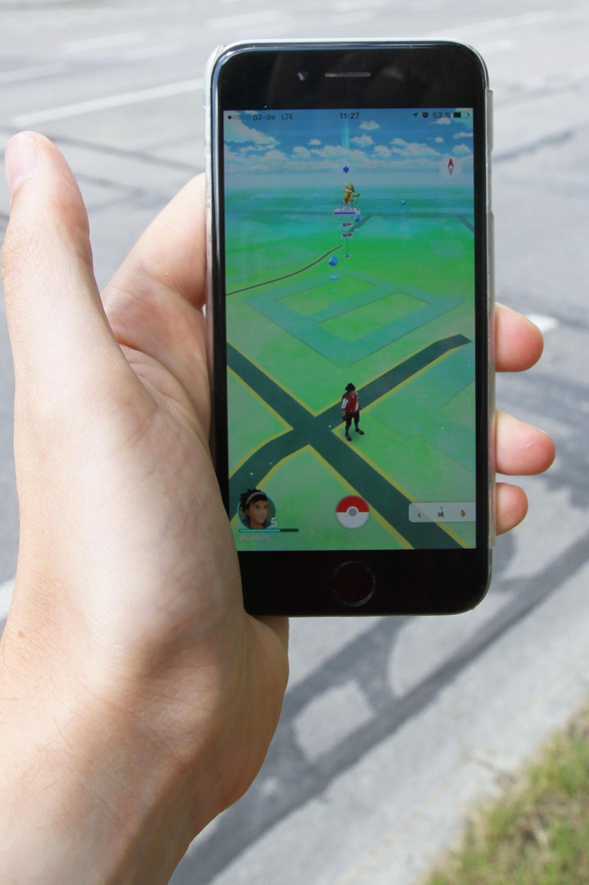 mid Groß-Gerau - Beim Smartphone-Game Pokémon Go suchen die Spieler virtuelle Spielfiguren in freier Wildbahn - und vergessen teilweise die reale Welt um sich herum.