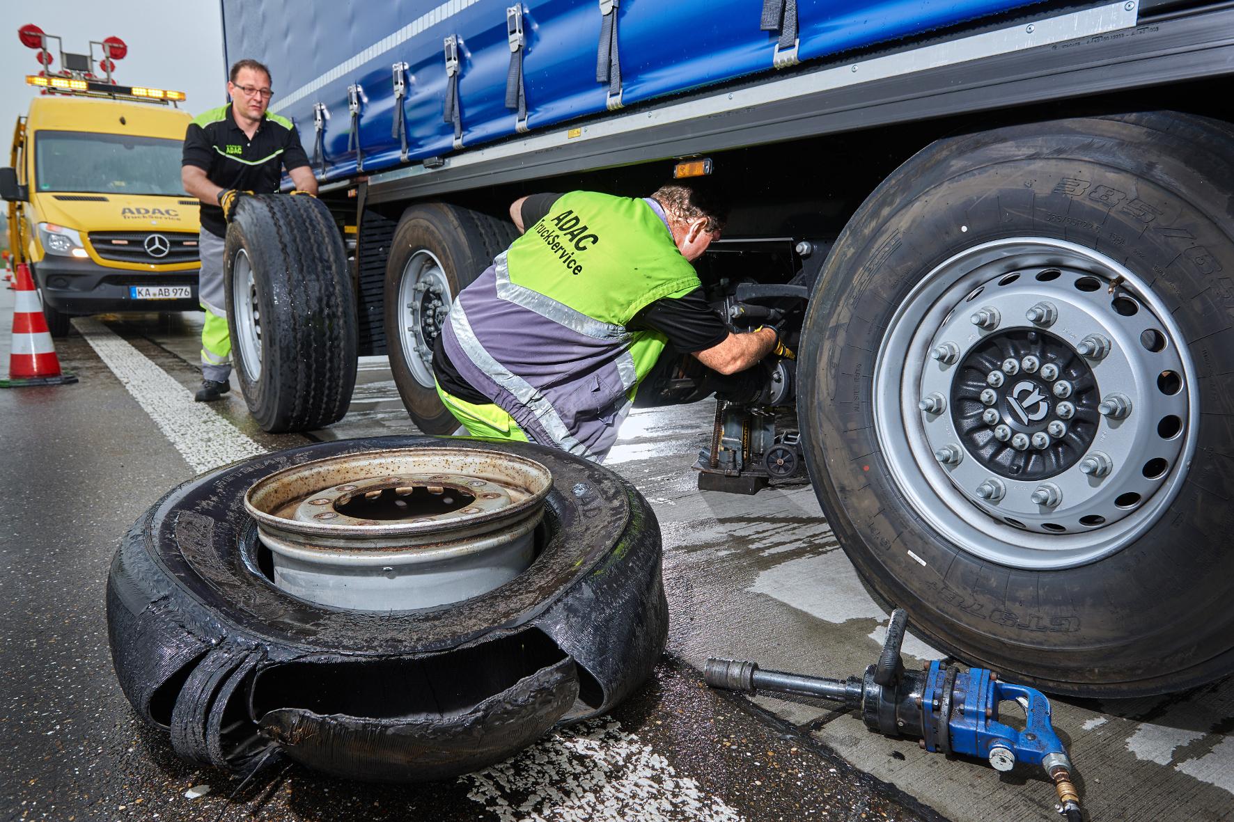 mid Groß-Gerau - Bei Lkw kommt es im Hochsommer besonders häufig zu Reifenschäden, besonders bei zu niedrigem Luftdruck.