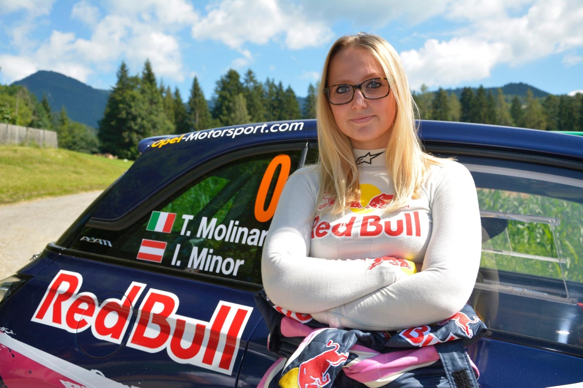 mid Groß-Gerau - Die hübsche Rennfahrerin und der schnelle Adam: Tamara Molinaro (18) freut sich auf ihren Rallye-Einsatz im 170 PS starken Opel Adam R2.