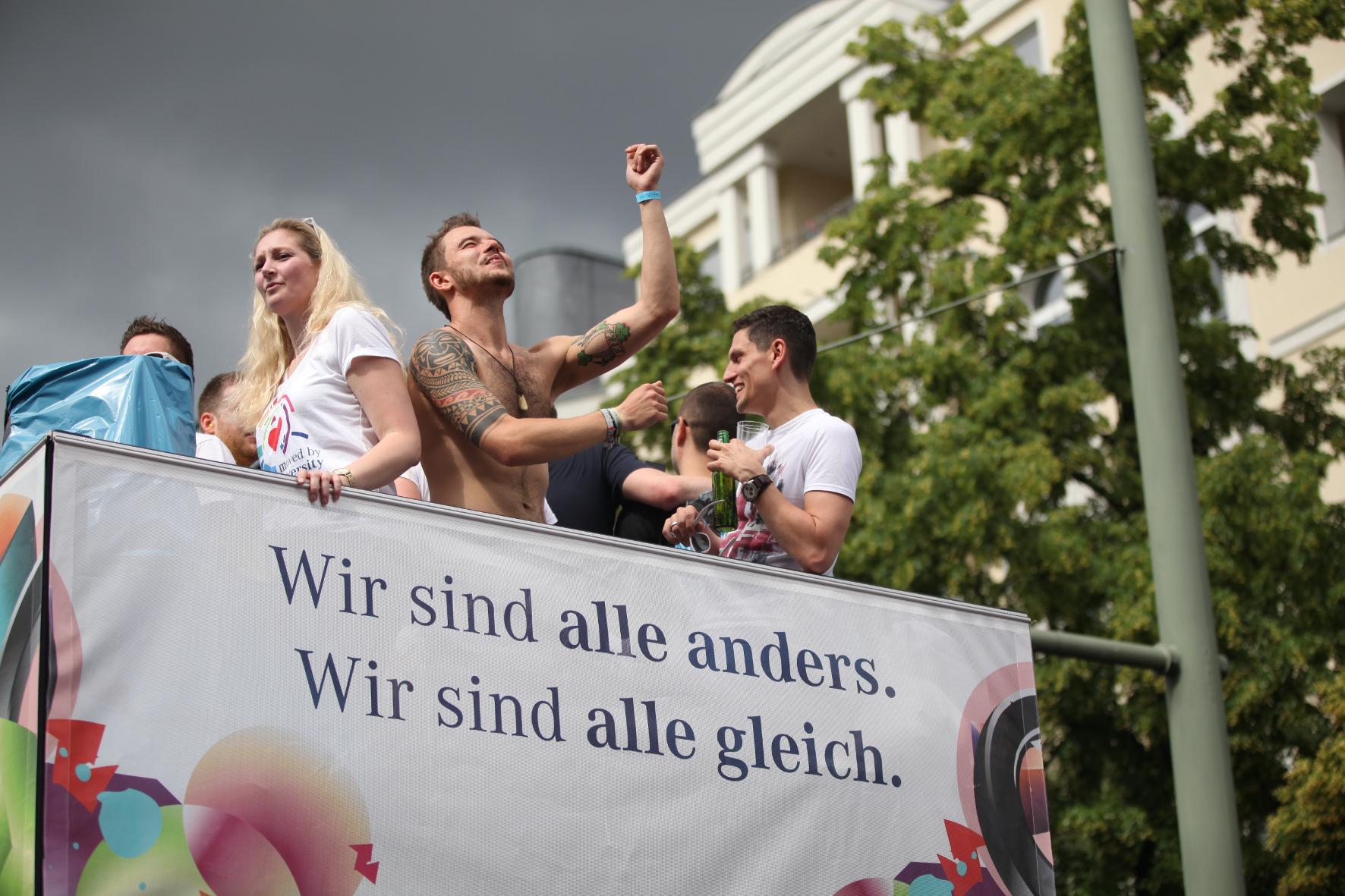 mid Groß-Gerau - Mercedes-Banker beim Christopher Street Day 2015 in Berlin.
