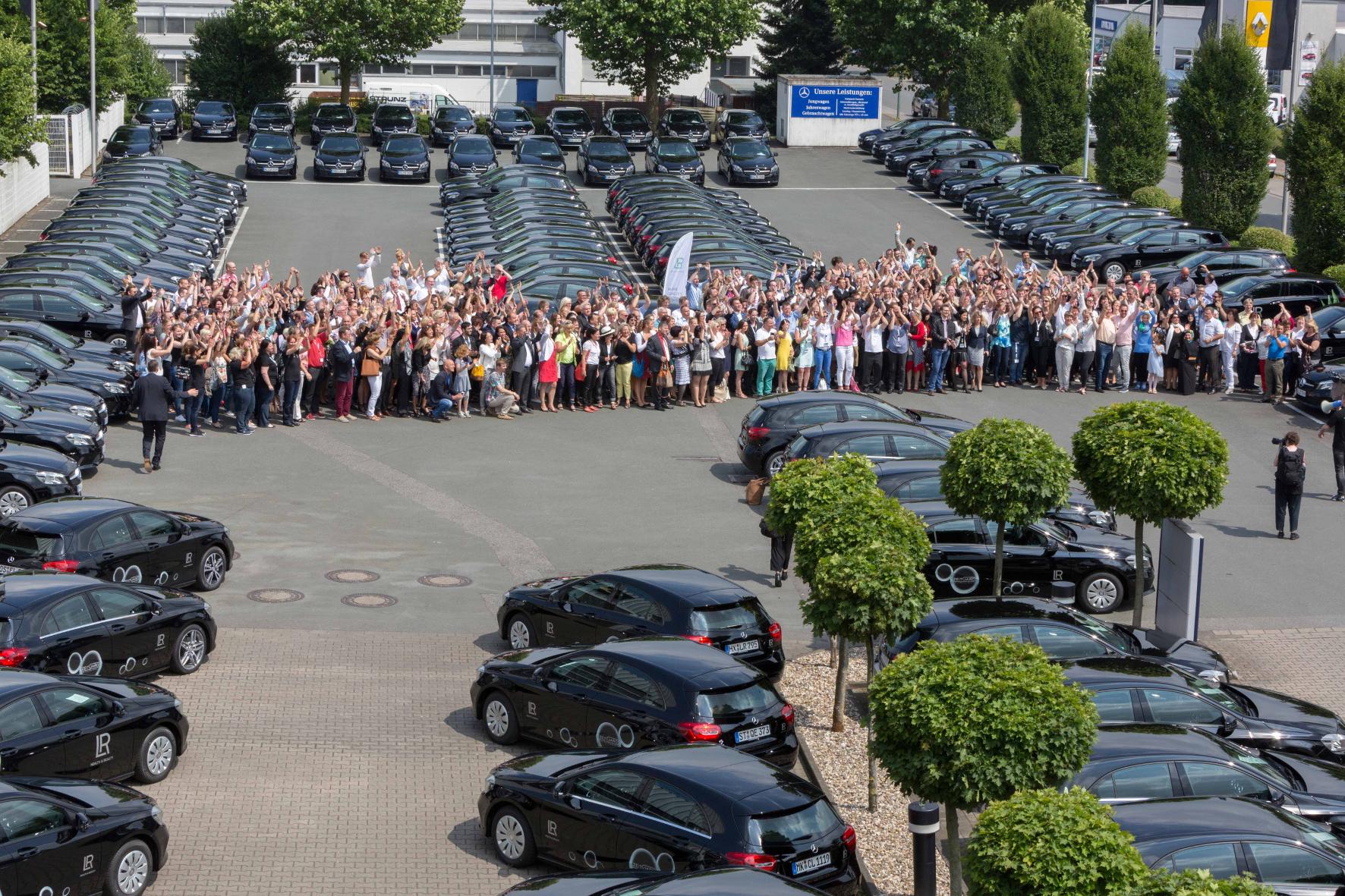 mid Ahlen - Große Freude herrscht bei den Vertriebspartnern des Kosmetikunternehmens LR Health & Beauty bei der Übergabe von 200 Mercedes A-Klassen.