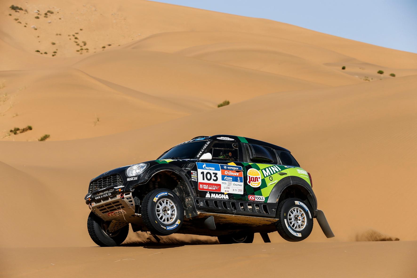 mid Groß-Gerau - Sand in Sicht: Der Saudi Yazeed Al-Rajhi und Beifahrer Timo Gottschalk fahren auf der letzten Etappe der Silk Way Rally im Mini ALL4 Racing zum Tagessieg.