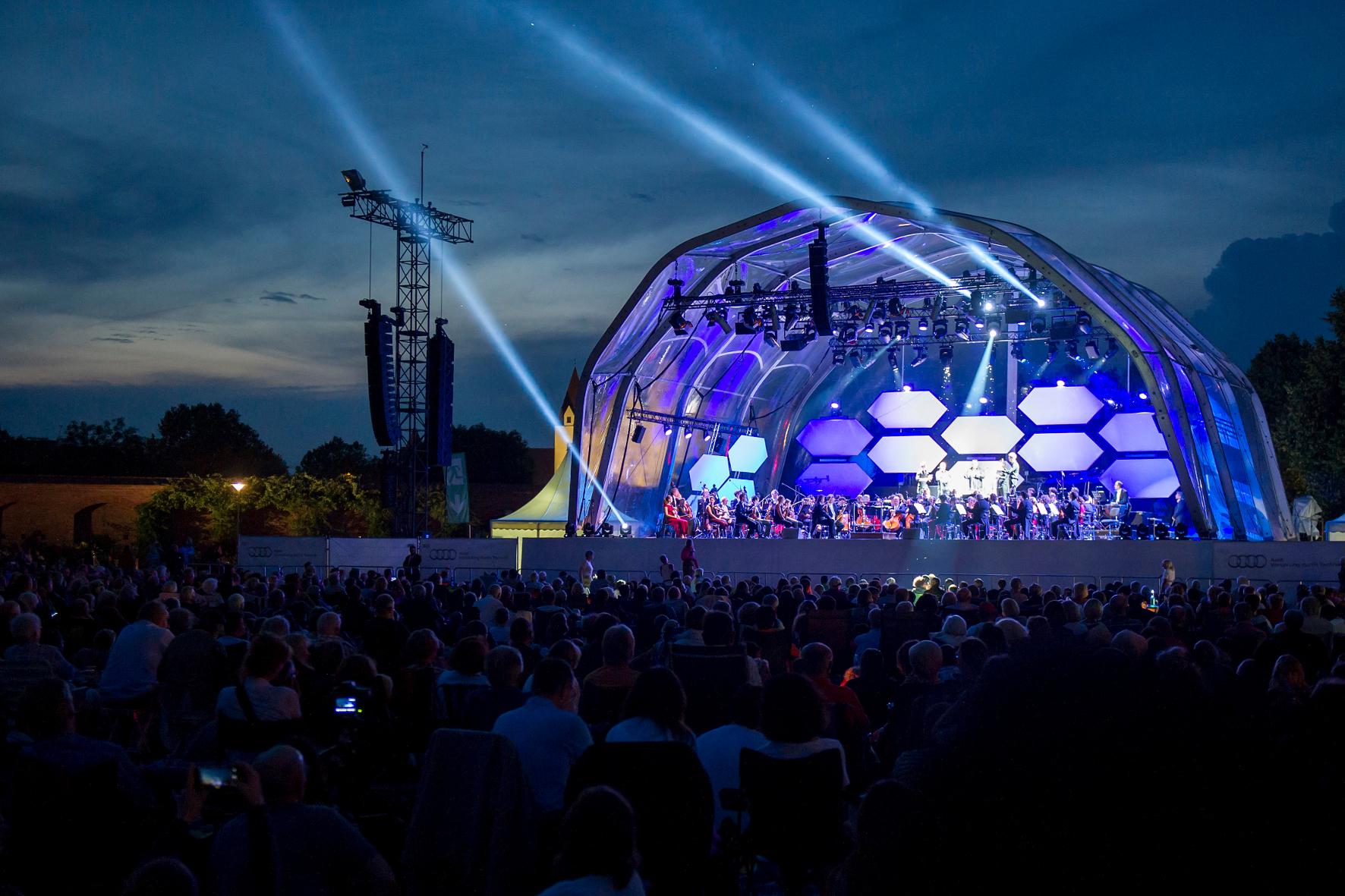 mid Ingolstadt - Die Herren der Ringe lassen vorspielen: Rund 25.000 Zuschauer lauschen den klassischen Klängen beim Open Air vor der Audi-Haustür in Ingolstadt.