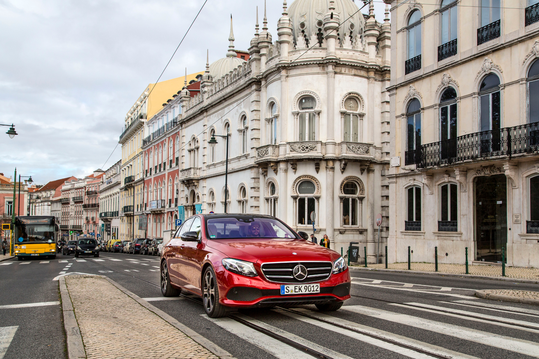 mid Groß-Gerau - Nicht immer auf Kurs: Fahrbahnmarkierungen stellen bei schneller Autobahnfahrt ein Problem für den Spur-Assistenten der Mercedes E-Klasse dar.