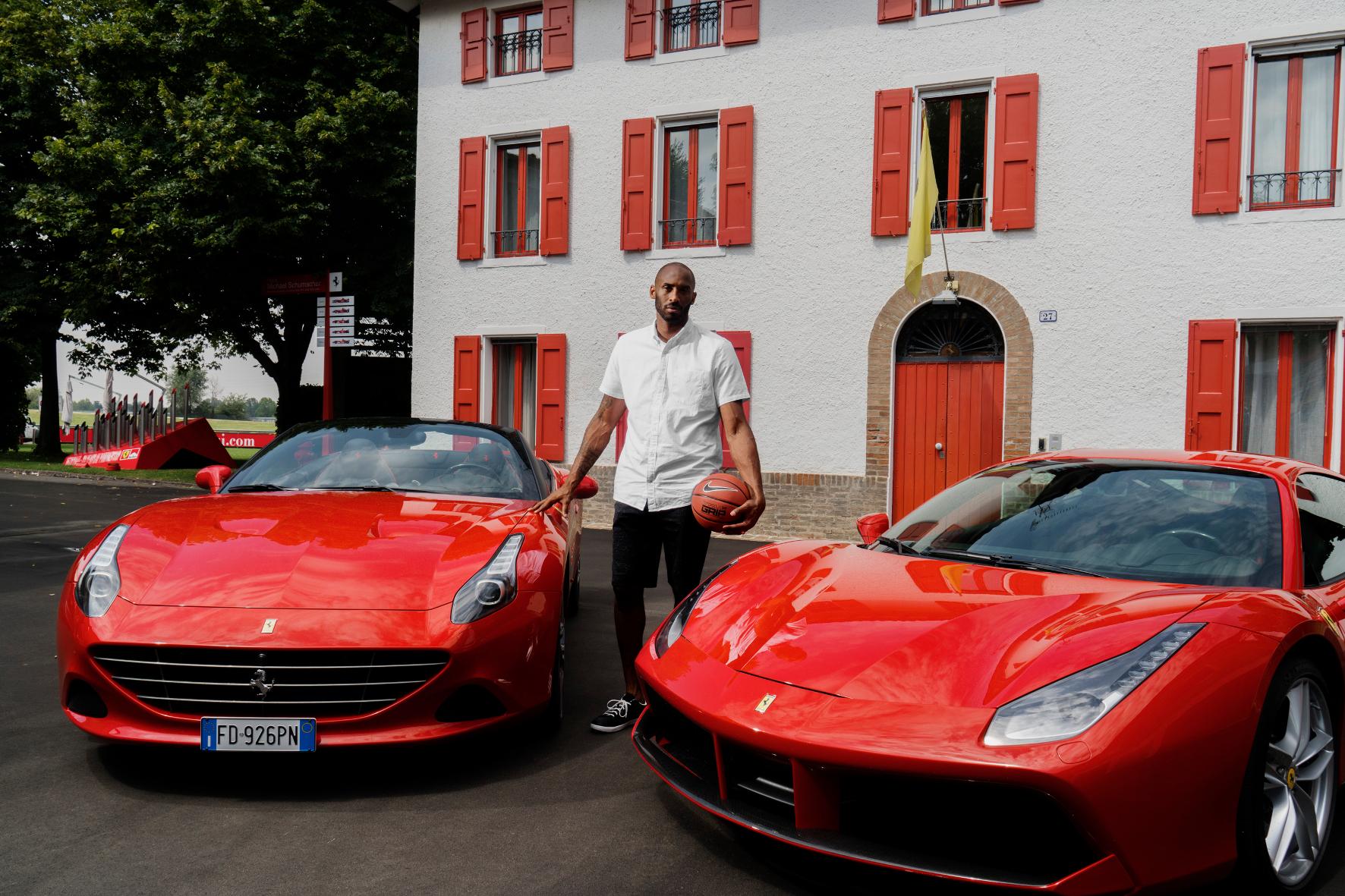 mid Groß-Gerau - Diesem Mann gibt auch Ferrari besser keinen Korb: Basketball-Legende Kobe Bryant posiert vor dem Gebäude, in dem der legendäre Enzo Ferrari einst sein Büro hatte.