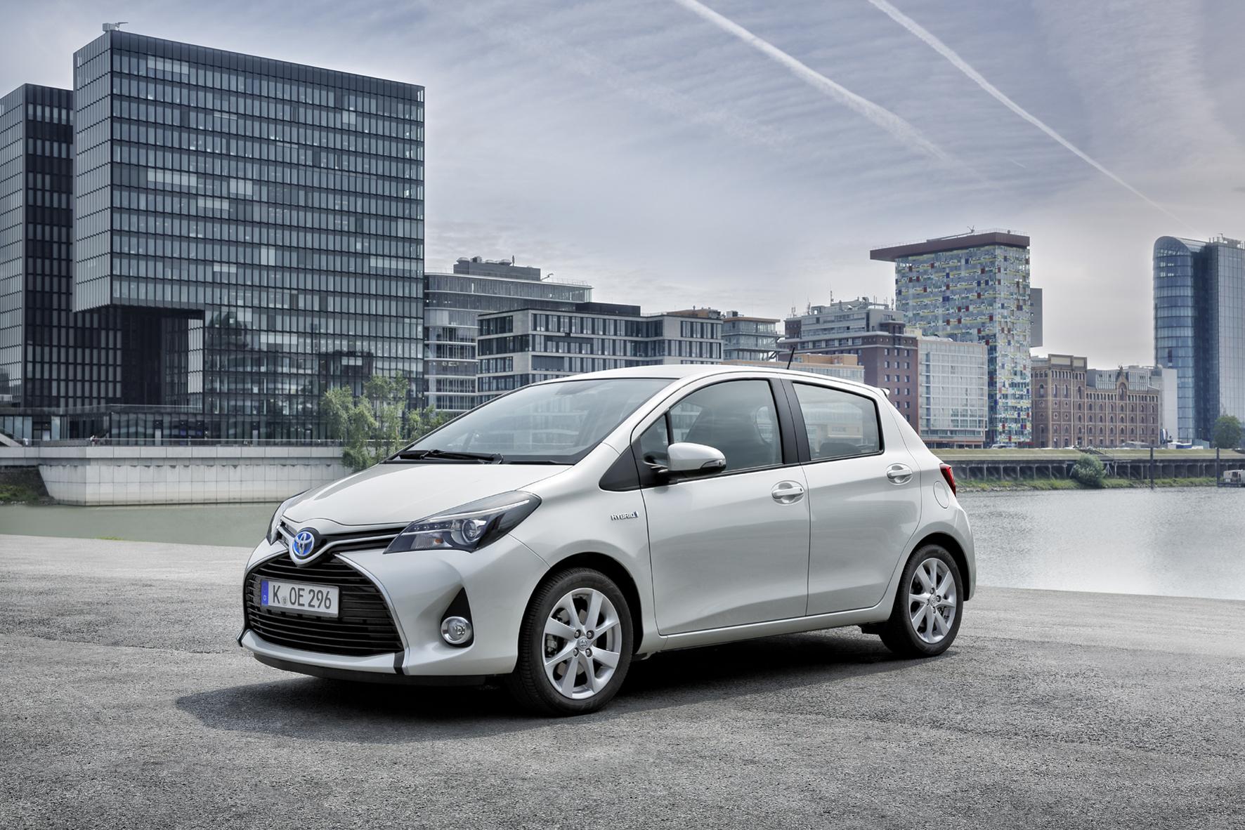 mid Groß-Gerau - Wegen Problemen mit den vorderen Federbeinstützlagern ruft Toyota seinen Kleinwagen Yaris zurück in die Werkstatt. Weltweit sind rund 32.500 Fahrzeuge betroffen, davon 2.300 in Deutschland.