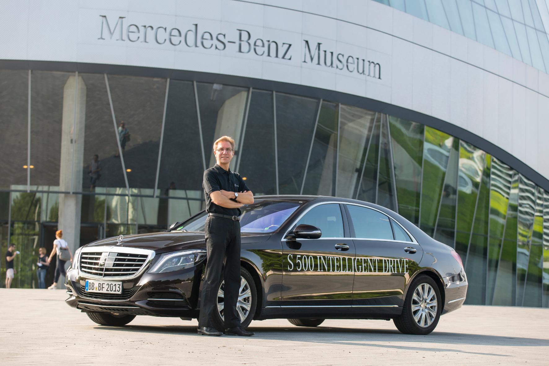"""mid Groß-Gerau - Prof. Ralf Guido Herrtwich, Leiter Fahrzeugautomatisierung der Daimler AG, und seine """"Bertha"""". Die S-Klasse 500 Intelligent Drive bekommt jetzt einen Ehrenplatz im Mercedes-Benz-Museum."""