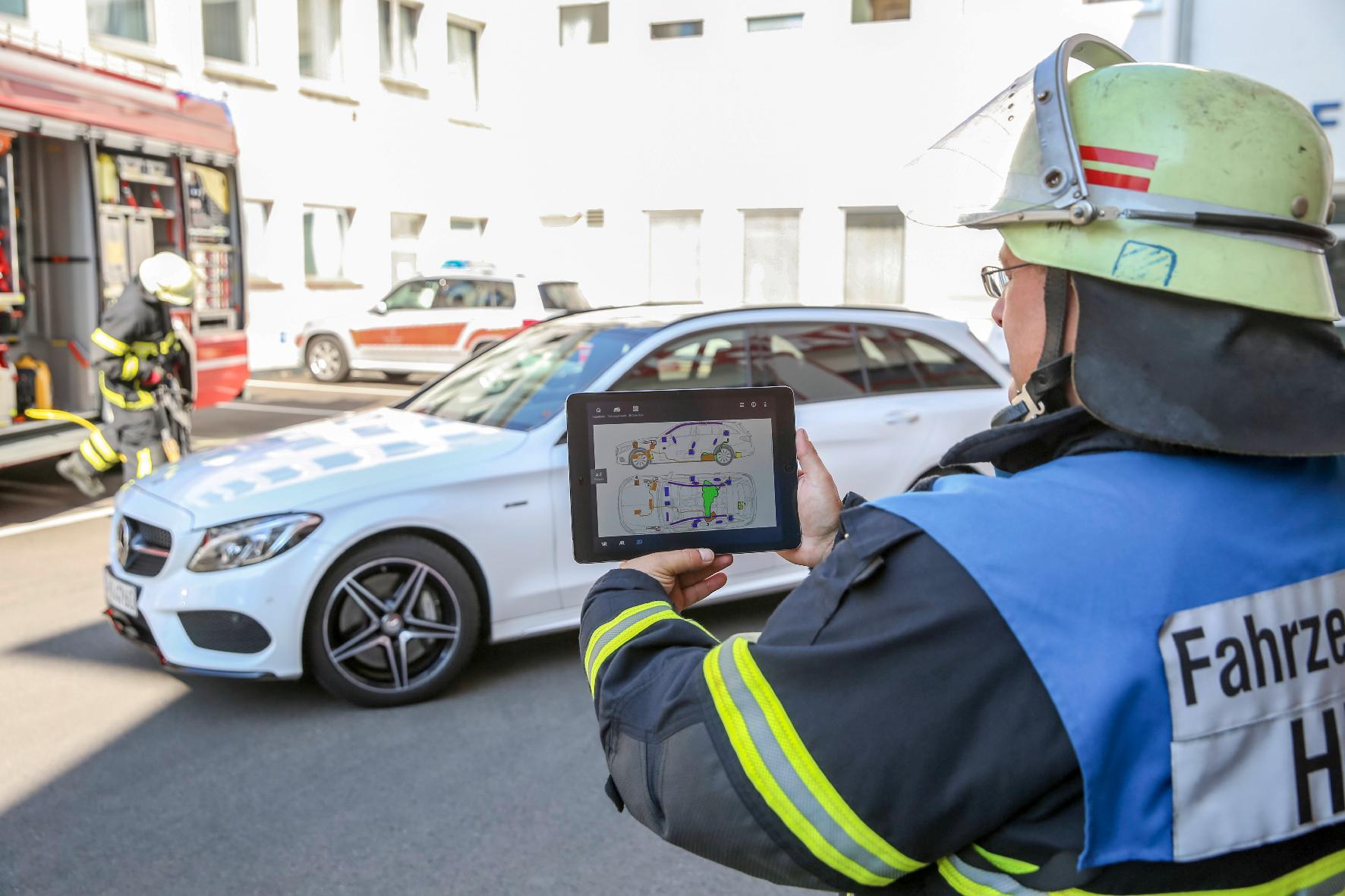 mid Groß-Gerau - Hilfestellung für Rettungskräfte: Mit der Rescue Assist App können Ersthelfer schnell auf die Rettungskarten von Daimler-Fahrzeugen zugreifen, was die Bergung erheblich erleichtert.