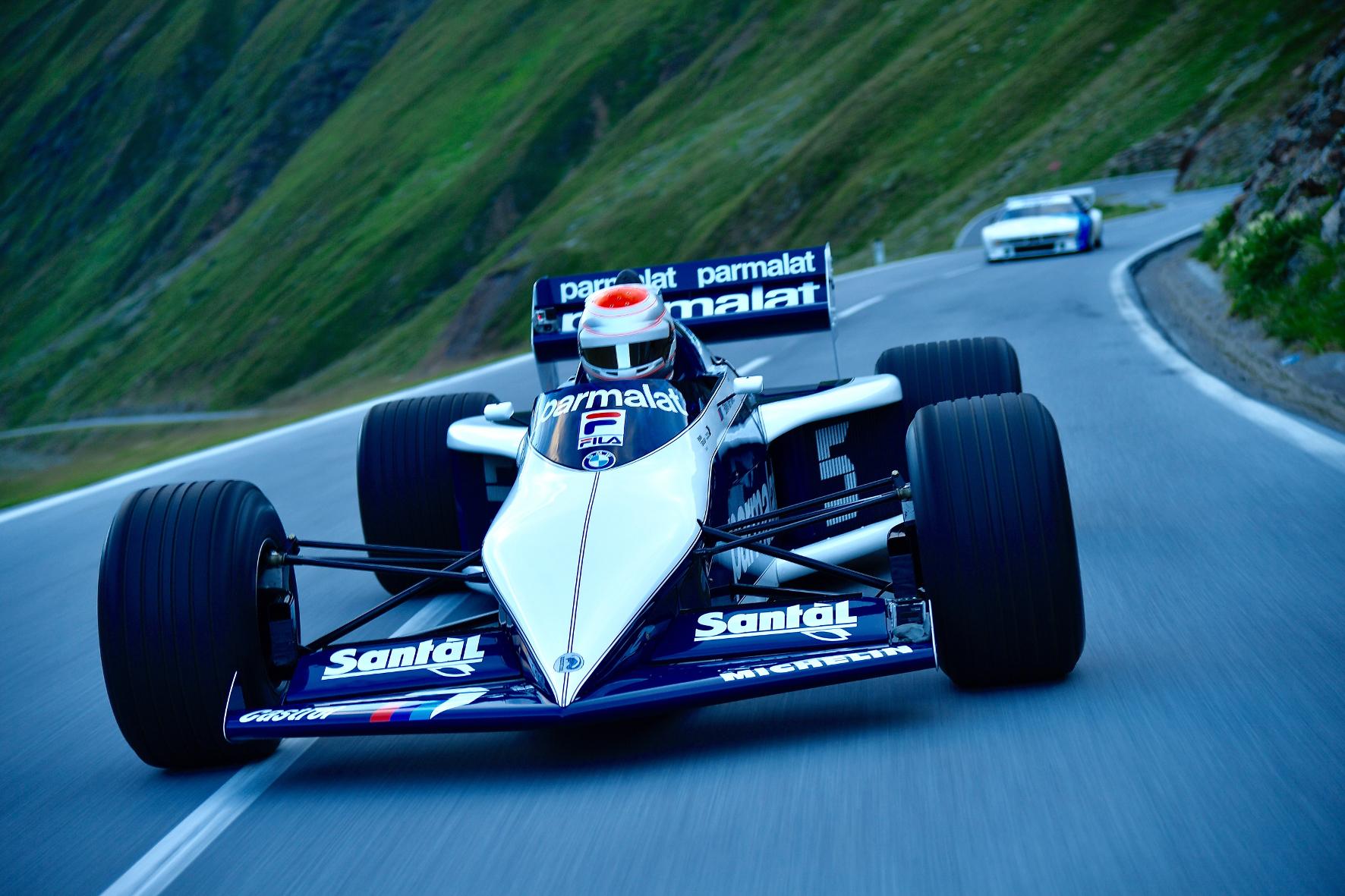 mid Timmelsjoch - Bei Morgendämmerung lenkt Nelson Piquet Jr den 1.000 PS starken Formel 1-Weltmeisterwagen seines Vaters von 1983 über den Alpenpass.