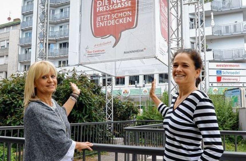 Martina Wolf (l.) und Kerstin Würzburger, beide betreiben Geschäfte in der Freßgasse, zeigen den ...