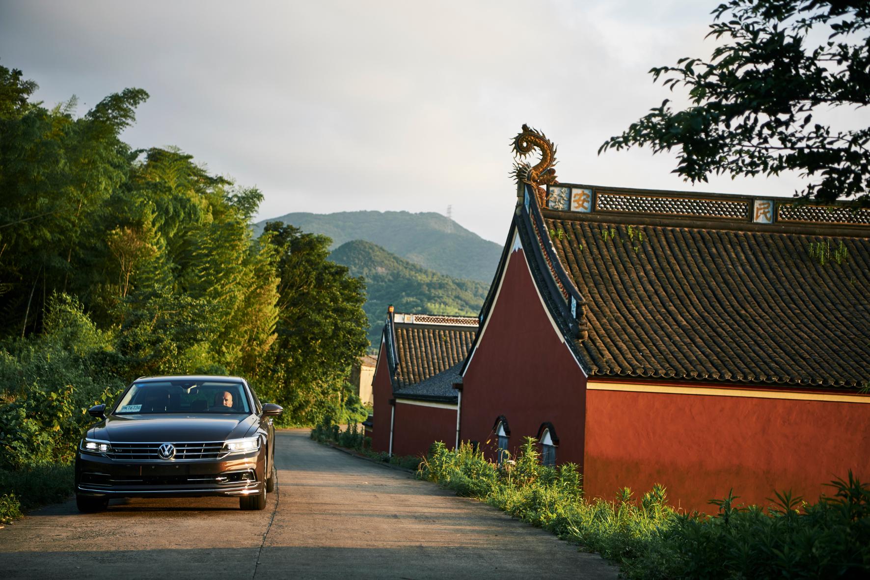 mid Shanghai - Da staunt der Drache: Im Reich der Mitte ist der Nachfolger des VW Phaeton schon unterwegs. Die Oberklasse-Limousine Phideon wird vorerst nur auf dem chinesischen Markt verkauft.