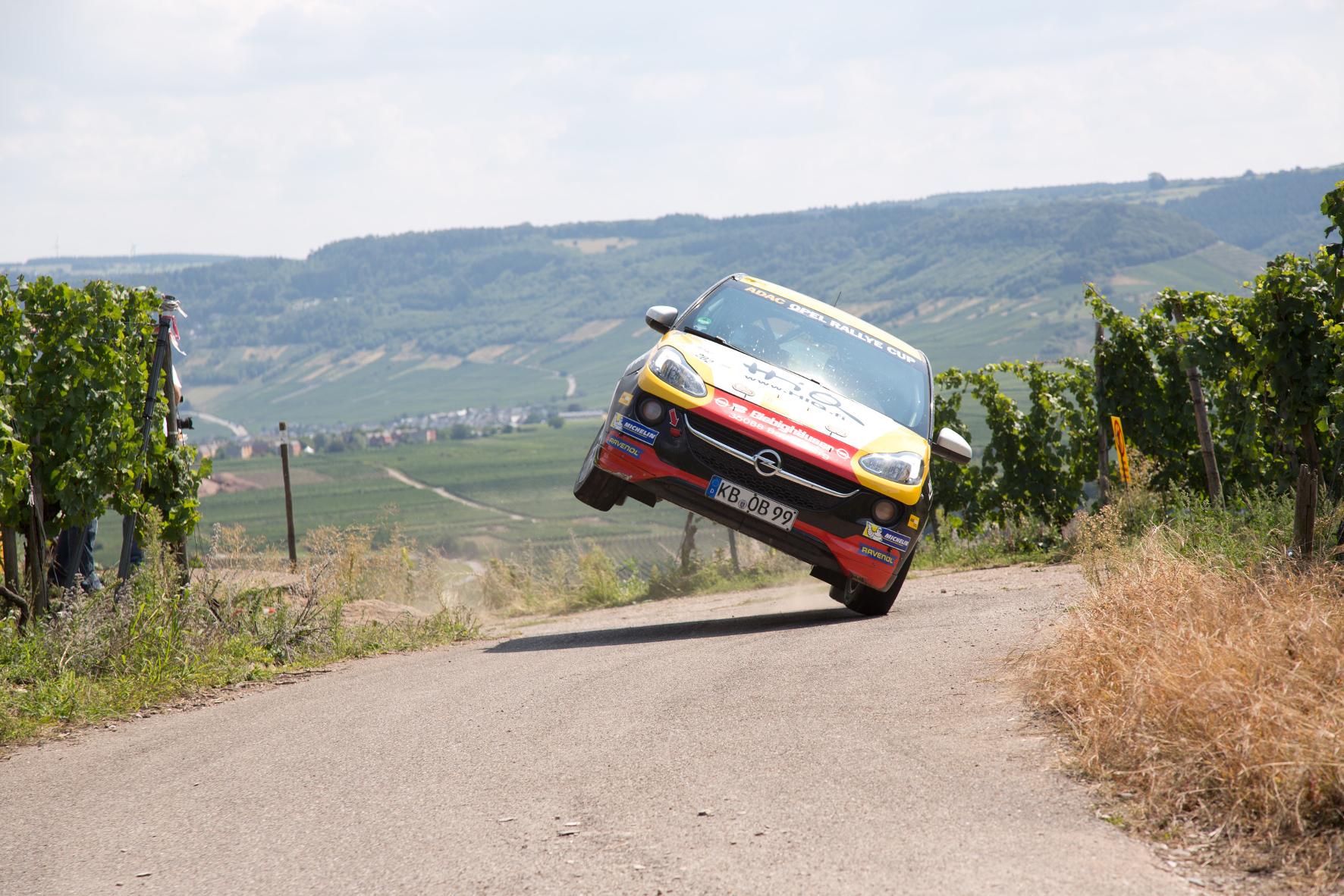 mid Groß-Gerau - Nicht zur Nachahmung empfohlen: Die Rallye-Talente zeigen im Opel Adam ihre Können.