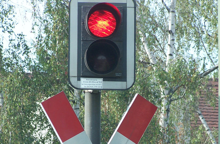 weiß-rote fahne an bahnübergängen