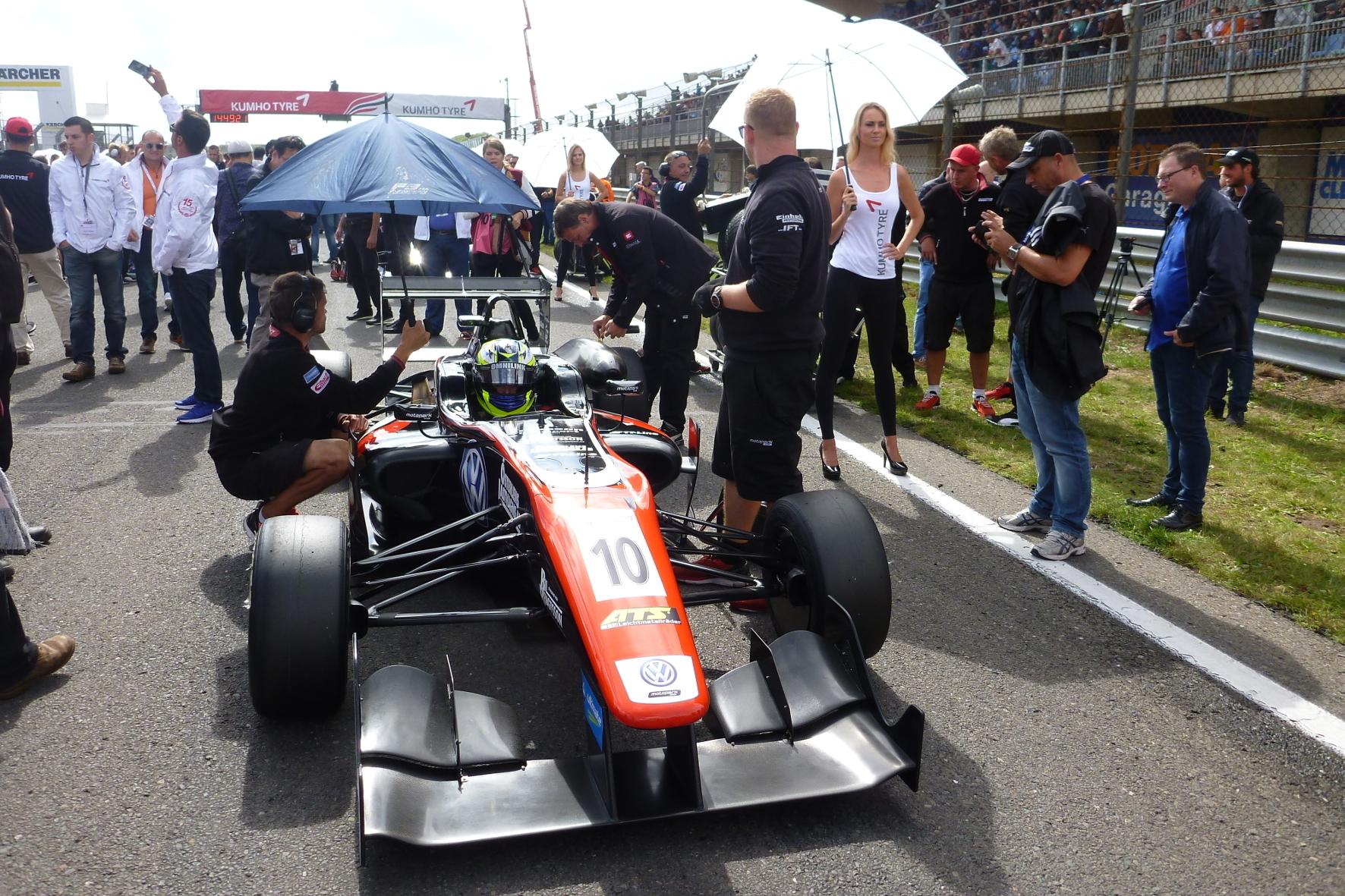mid Zandvoort - Letztes Briefing vor dem Rennen: Der spätere Gewinner Joel Eriksson mit der Startnummer 10.