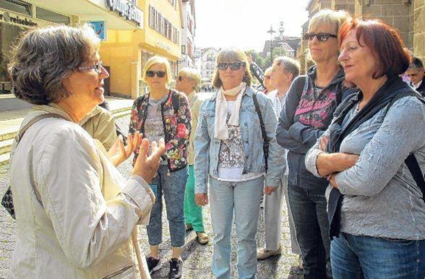 Stadtführerin Iris Schröder (linkes Bild, links) wusste die Teilnehmer der Morgentour mit viel Witz ...