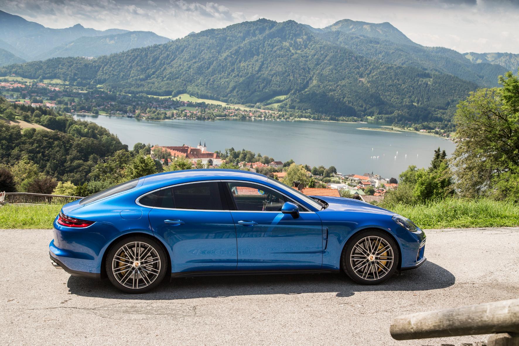 mid Tegernsee - Natur-Schauspiel: Das Topmodell Panamera Turbo kostet 153.011 Euro.