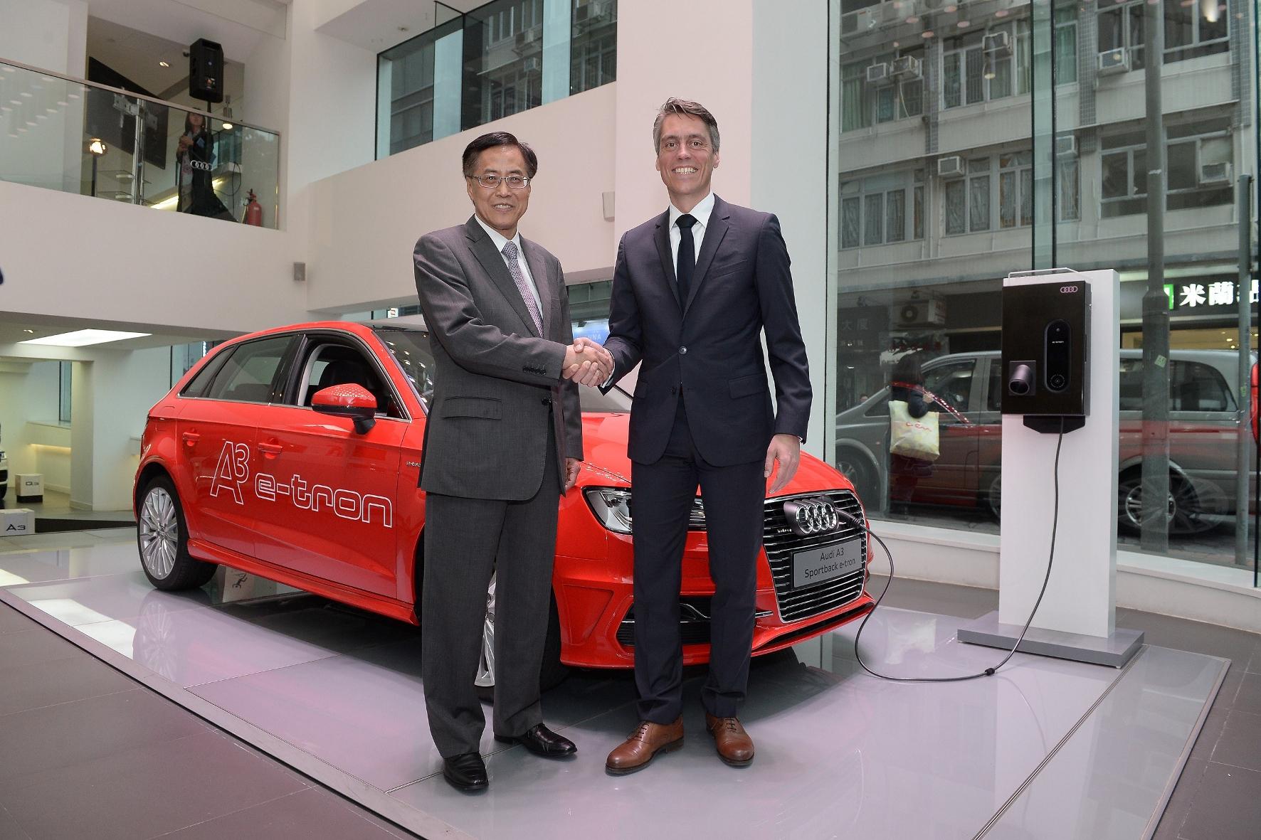 """mid Hong Kong - Los geht's: René Koneberg (rechts), Managing Director Audi Hong Kong, und Chu Ip-pui, Executiv Director der Entwicklungsgesellschaft Kerry Properties (H.K.) Limited, starten das Carsharing-Projekt """"Audi at home""""."""