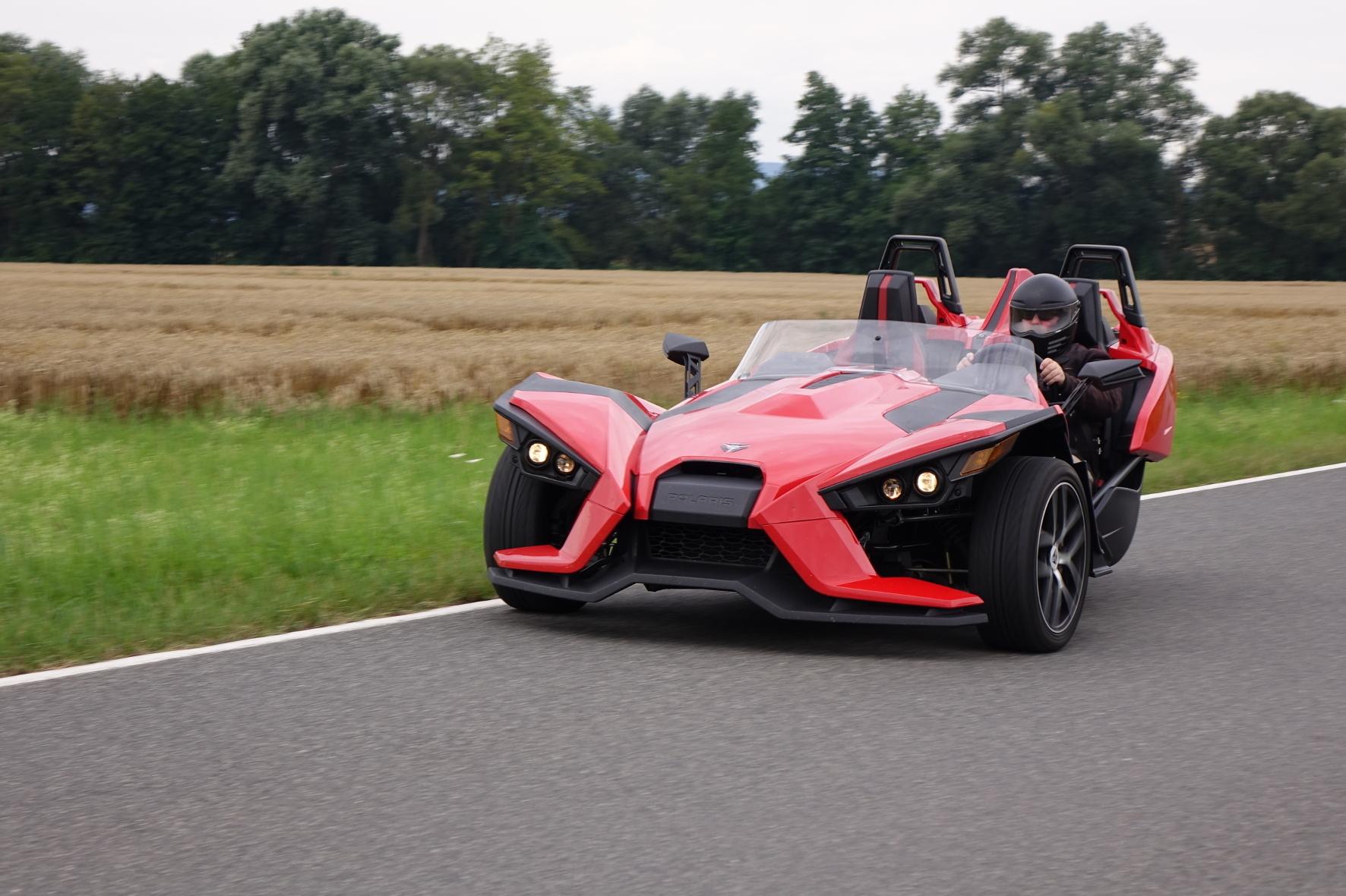 mid Groß-Gerau - Die breite, kantige Front des Polaris Slingshot SL könnte auch zu einem Supersportwagen gehören. Und mit 175 PS und nur knapp 800 Kilo Leergewicht kommt der Fahrspaß nicht zu kurz.