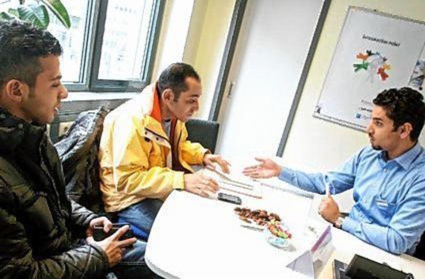 Flüchtlinge beim Beratungsgespräch in der Arbeitsagentur.