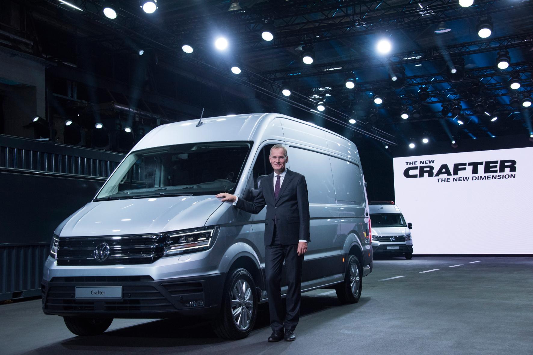 mid Offenbach - Stolz zeigt Eckhard Scholz, Chef von VW Nutzfahrzeuge, bei der Präsentation in Offenbach den neuen Crafter.