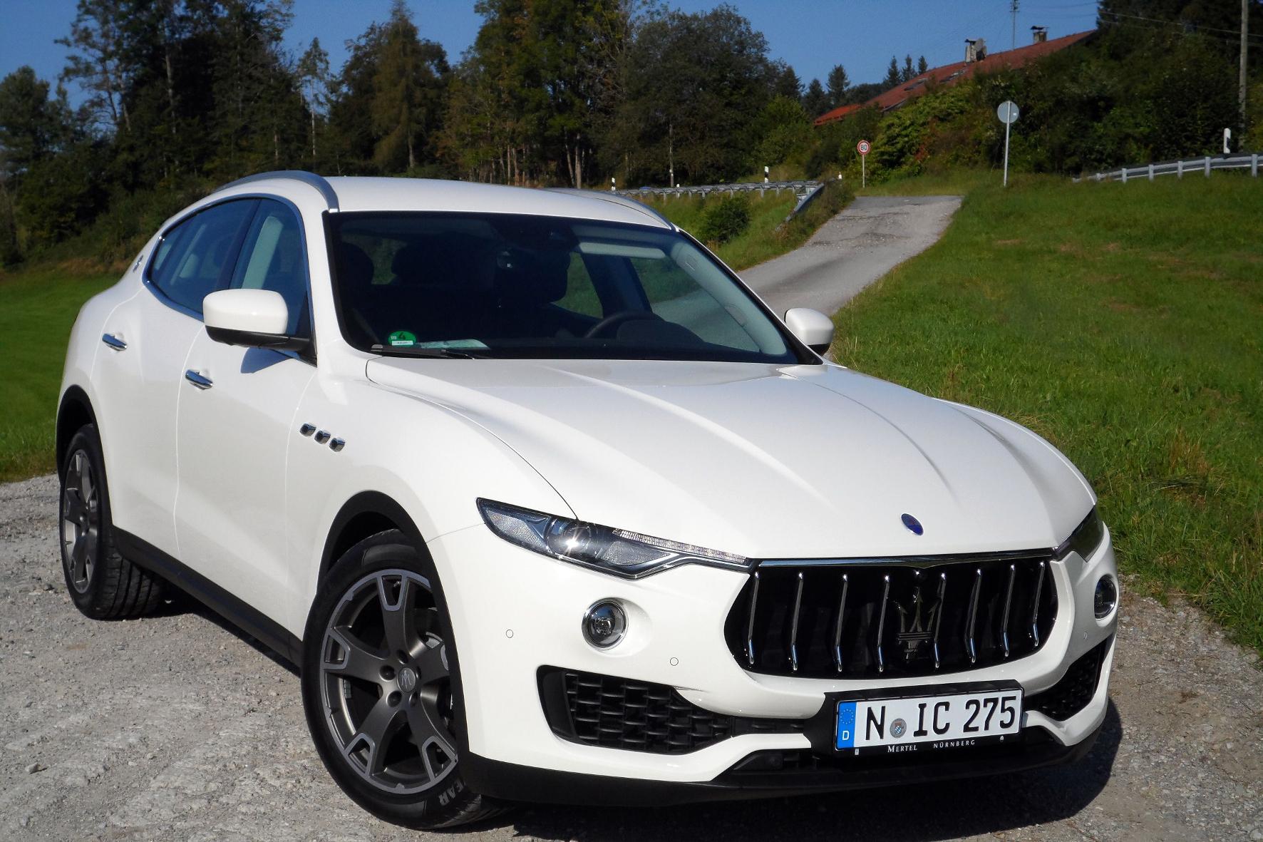 mid Tegernsee - Der Maserati Levante ist ein stattliches Exemplar der Gattung SUV: Er bringt es von der Stoßstange bis zu den Auspuff-Endrohren auf extakt 5.003 Millimeter Länge.
