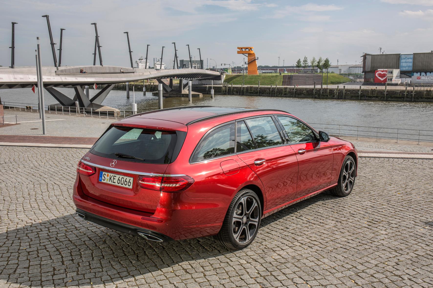 mid Hamburg - Die Dachlinie des neuen Mercedes E-Klasse T-Modells fällt nach hinten leicht ab, hinter der – elektrisch zu öffnenden – Heckklappe ist aber trotzdem mehr als reichlich Platz fürs Gepäck.