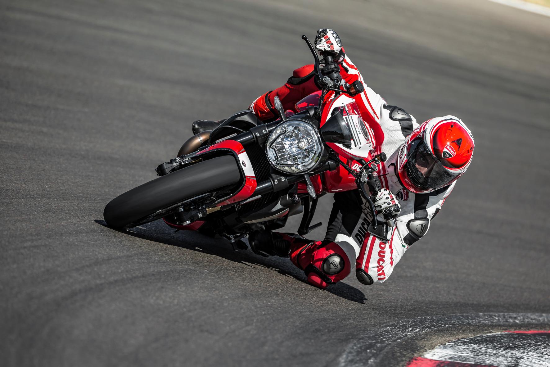 mid München - Da muss sich der Biker schon kräftig ins Zeug legen: Die Ducati Monster 1200 R fordert den Biker - befördert ihn dafür aber auch fahrdynamisch in luftige Höhen.