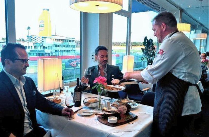Der Chefkoch serviert: Hoteldirektor Richard Damian (M). überzeugt sich im Restau-rant von der ...