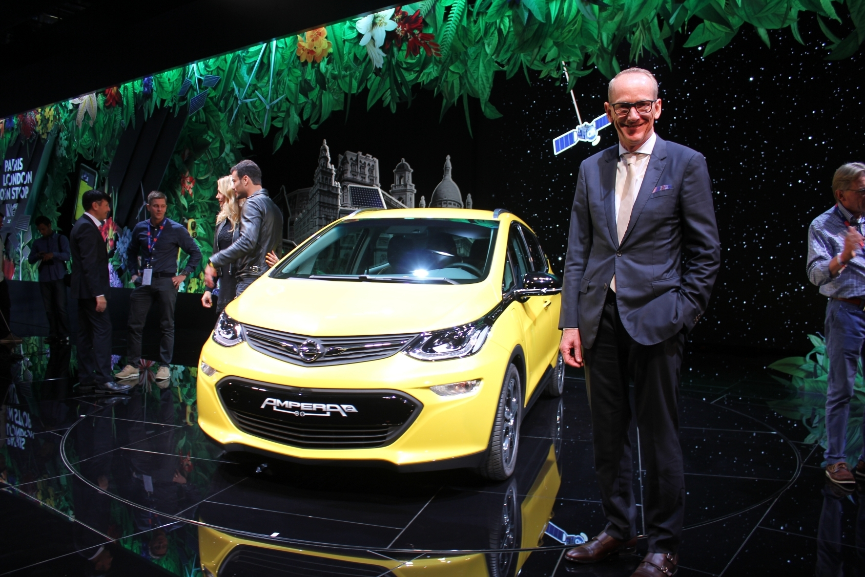 mid Paris - Opel-Chef Neumann und der neue Volksstromer der Marke Ampera-e.