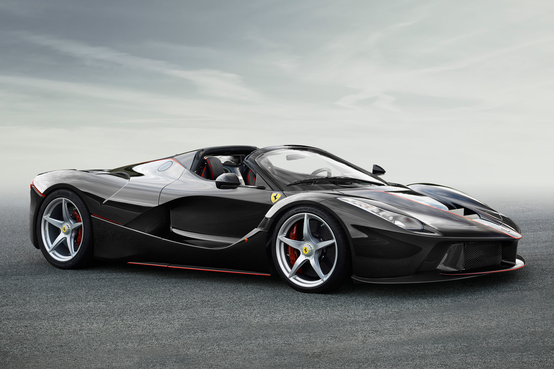 Paris - Maximaler Cabriospaß: Ferrari bringt den geöffneten LaFerrari an die Seine.