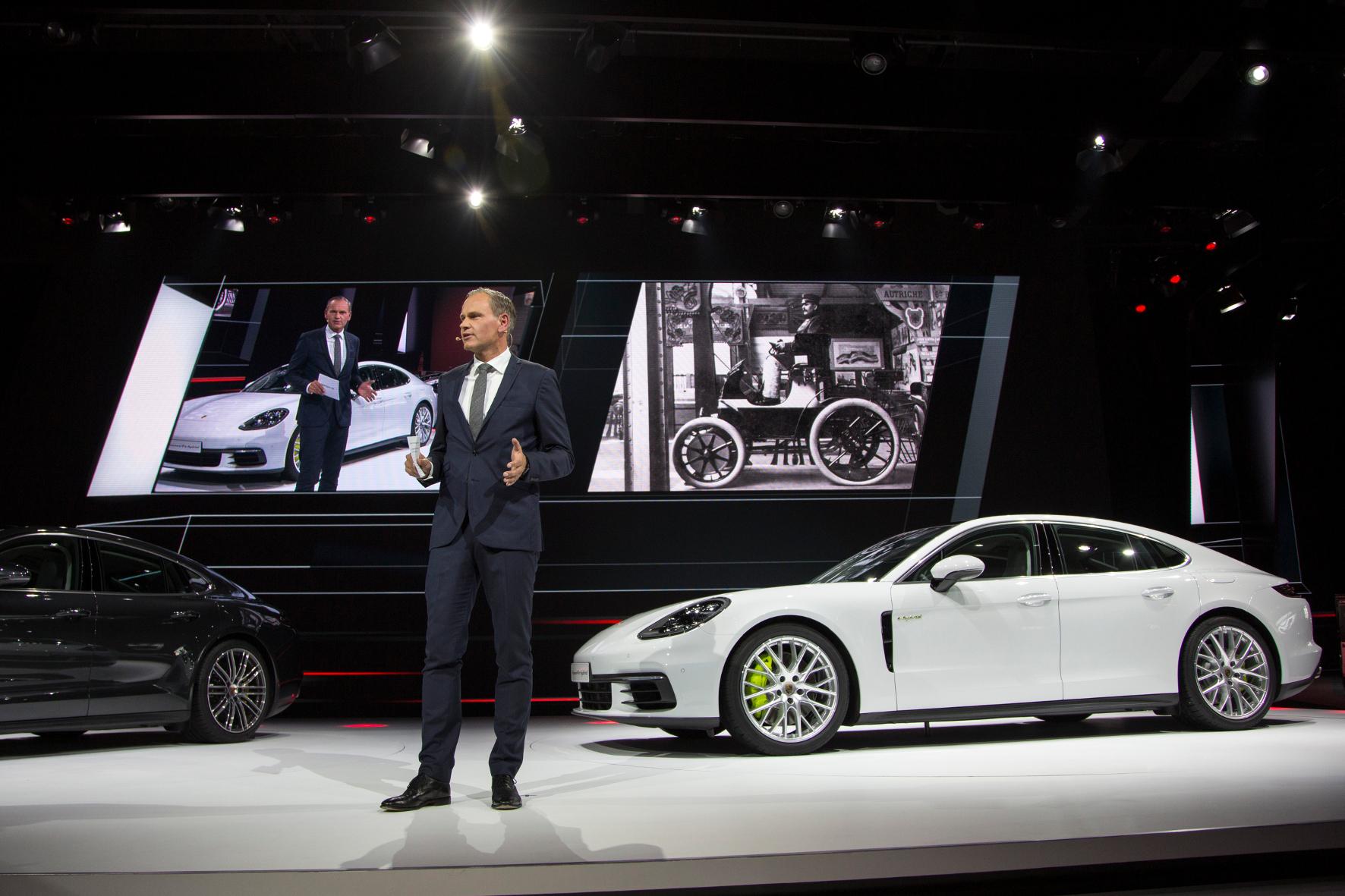 mid Paris - Premiere an der Seine: Oliver Blume, Vorstandsvorsitzender der Porsche AG, präsentiert den neuen Panamera 4 E-Hybrid
