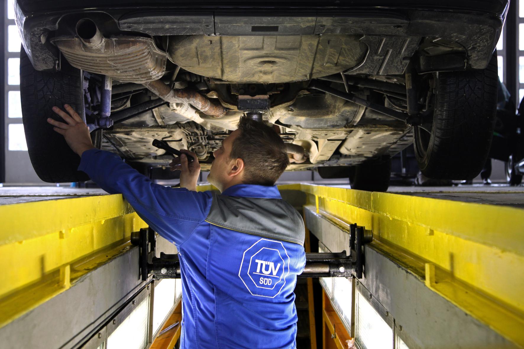 mid Groß-Gerau - Das Auto-Fahrwerk muss wie auch die Bremsanlage regelmäßig überprüft und gewartet werden.