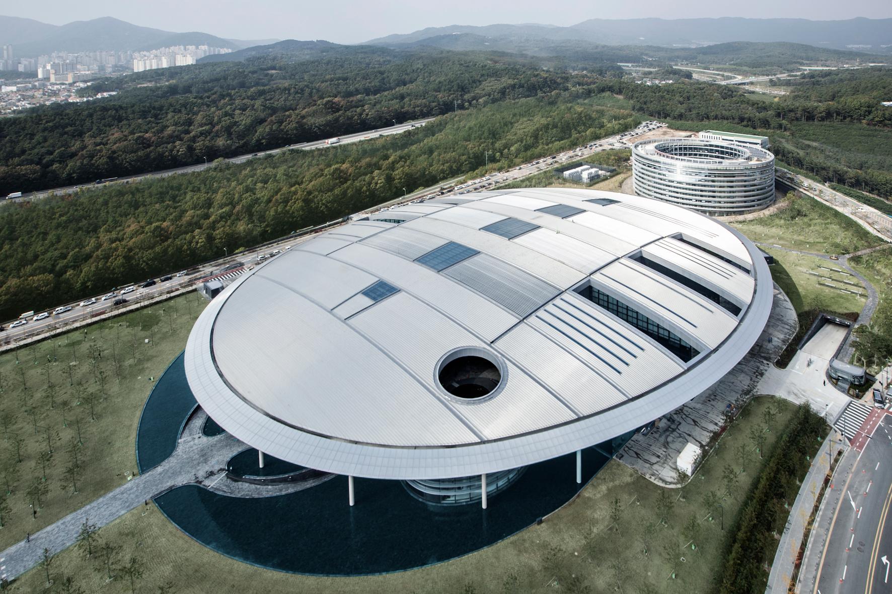 mid Groß-Gerau - Wie eine fliegende Untertasse sieht das neue globale Forschungs- und Entwicklungszentrum von Hankook aus.
