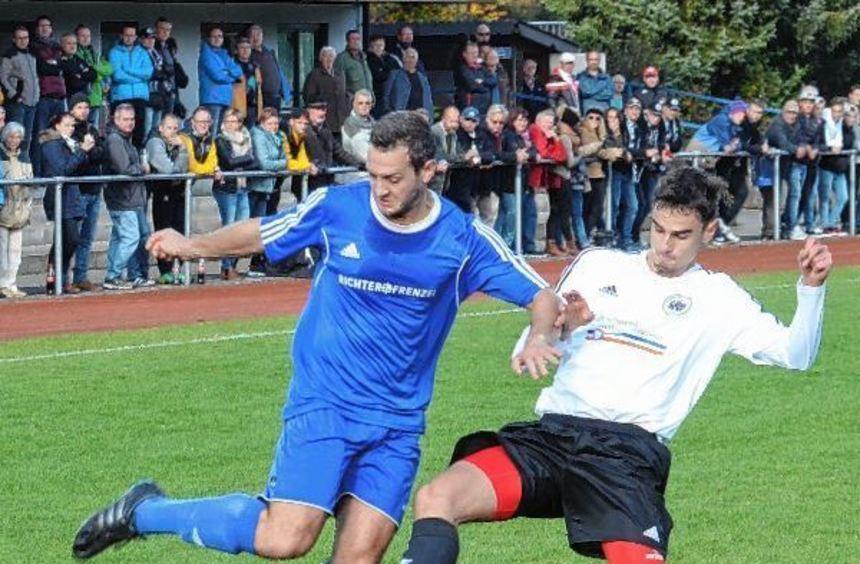 Der SV Osterburken (hier mit Spielertrainer Andreas Beckmann am Ball) ging in dem spannenden ...