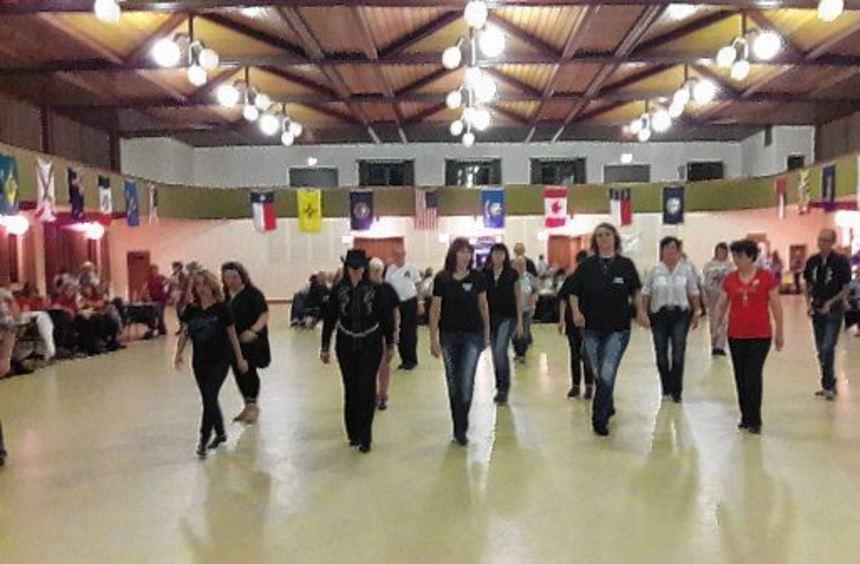 In der mit Fahnen geschmückten Rheinhalle konnten die Tänzer zu Country- und Popmusik ihrer ...